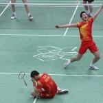 LONDRES. Los chinos Yun Cai (d) y Haifeng Fu (i) celebran su victoria sobre los daneses Mathias Boe y Carsten Mogensen, en la final masculina de dobles de bádminton, correspondiente a los Juegos Olímpicos de Londres 2012. Foto: EFE
