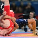 LONDRES. El luchador danés Erik Haakan Nyblom (rojo) se enfrenta al iraní Mohammad Hamid Soryan Reihanpour durante un combate de lucha grecorromana en la categoría de 55 kilos de los Juegos Olímpicos de Londre 2012. Foto: EFE