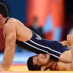 LONDRES. El luchador surcoreano Gyujin (rojo) se enfrenta al azerbaiyano Rovshan Bayramov durante un combate de lucha grecorromana en la categoría de 55 kilos de los Juegos Olímpicos de Londre 2012. Foto: EFE