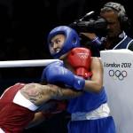 LONDRES. La brasileña brasileña Adriana Araujo (rojo) en su combate con Saida khassenova(azul) en la cateforía de + 75 kg en el torneo de boxeo de los Juegos Olímpicos de Londres. Foto: EFE