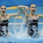 LONDRES. Las rusas Natalia Ishchenko y Svetlana Romashina ejecutan su ejercicio de rutina técnica de dúo de la competición olímpica de natación sincronizada en Londres. Foto: EFE