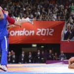 LONDRES. El luchador de Irán Hamid Mohammad Soryan Reihanpour (rojo) celebra su medalla de oro al enfrentar a Rovshan Bayramov de Azerbaiyán, durante un combate de lucha grecorromana masculina en la categoría de 55 kilos de los Juegos Olímpicos de Londres 2012. Foto: EFE