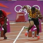 LONDRES. Imagen en la que se muestra una botella de cerveza lanzada a la pista durante la salida de la final de los 100m masculinos, detrás del jamaicano Yohan Blake (der) y el estadounidense Justin Gatlin (izq), durante la competición de atletismo de los Juegos Olímpicos de Londres 2012. Foto: EFE