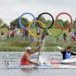 DORNEY. El cubano Jorge Antonio García (izq) compite junto al italiano Maximilian Benassi (c) y el búlgaro Miroslav Kirchiev (der) durante la primera ronda clasificatoria de 1.000 metros de Kayak individual (K1) masculino en la competición de canoa de los Juegos Olímpicos de Londres 2012 en el centro de remo Eton Dorney. Foto: EFE