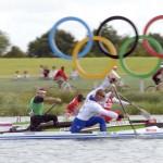 DORNEY. (De primer a último plano) El francés Mathieu Goubel, el húngaro Attila Vajda (de verde), el ruso Ilia Shtokalov y el senegalés Ndiatte Gueye, durante la primera ronda clasificatoria de 1.000 metros de Canoa individual (C1) masculino en la competición de canoa de los Juegos Olímpicos de Londres 2012 en el centro de remo Eton Dorney. Foto: EFE
