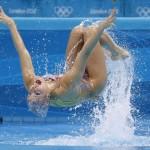 LONDRES. La nadadora brasileña Nayara Filgueira tras ser lanzada por su compañera Lara Teixeira, durante el ejercicio libre de natación sincronizada, en el complejo acuático de los Juegos Olímpicos de Londres 2012. Foto: EFE