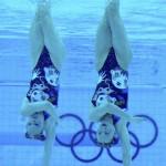 LONDRES. La pareja rusa Natalia Ishchenko y Svetlana Romanshina realiza su ejercicio de preliminares de dúos de natación sincronizada durante de los Juegos Olímpicos de Londres 2012. Foto: EFE