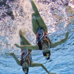 LONDRES. La pareja griega Evangelia Platanioti y Despoina Solomou realizan su ejercicio de preliminares de dúos de natación sincronizada durante de los Juegos Olímpicos de Londres 2012. Foto: EFE