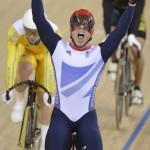 LONDRES. El británico Chris Hoy (c) celebra su victoria en el keirin masculino de ciclismo en pista en los Juegos Olímpicos de Londres 2012. Foto: EFE