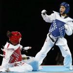 LONDRES. La taekwondista española Briguitte Yagüe (azul) combate con la panameña Carolena Carstens en la categoria de -58 kilos del torneo de taekwondo en los Juegos Olímpicos de Londres 2012. Foto: EFE
