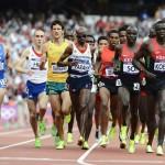 LONDRES. Los atletas compiten en una las series clasificatorias de los 5.000 metros masculinos de la competición de atletismo de los Juegos Olímpicos de Londres 2012. Foto: EFE
