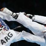 LONDRES. La taekwondista marroquí Sanaa Atabrour (rojo) durante su combate contra la argentina Carola Malvina López en la competición -49 kilos del torneo taekwondo de los Juegos Olímpicos de Londres 2012. Foto: EFE