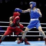 LONDRES. La brasileña Adriana Araujo (rojo) durante el combate de la semifinal de boxeo olímpicio femenino en la categeria de 60 kilos de que disputó contra la rusa Sofya Ochigava (azul), en el Excel de Londres. Foto: EFE