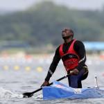 DORNEY. El angoleño Fortunato Pacavira termina la prueba de Canoa individual masculina de 1.000 metros masculino de los Juegos Olímpicos de Londres 2012 en Eton Dorney. Foto: EFE