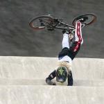 LONDRES. La estadounidense Crain Brooke se cae durante la clasificación para las semifinales de ciclismo BMX de Londres 2012, disputado en un circuito habilitado en el velódromo del parque olímpico. Foto: EFE