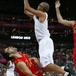LONDRES. El base de Francia Tony Parker (d) lanza a canasta ante el base de la selección española José Manuel Calderón, en partido de cuartos de final del torneo olímpico de baloncesto en el North Greenwich Arena de Londres. Foto: EFE