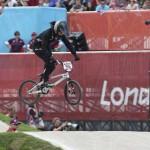 LONDRES. La neozelandesa Sarah Walker compite en clasificación para las semifinales de ciclismo BMX de Londres 2012, disputado en el velódromo del parque olímpico. Foto: EFE