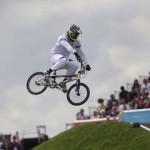 LONDRES. El italiano Manuel de Vecchi compite en clasificación para las semifinales de ciclismo BMX de Londres 2012, disputado en un circuito habilitado en el velódromo del parque olímpico. Foto: EFE