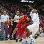LONDRES. El escolta de la selección española Sergio Llull (i) intenta superar la defensa del pívot de Francia Ronny Turiaf, en partido de cuartos de final del torneo olímpico de baloncesto en el North Greenwich Arena de Londres. Foto: EFE