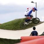 LONDRES. El francés Joris Daudet compite en la clasificación para los cuartos de final del la prueba de ciclismo BMX, disputada en las instalaciones levantadas en el velódromo del parque olímpico de Londres 2012. Foto: EFE