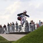 LONDRES. El estadounidense Connor Fields compite en la clasificación para los cuartos de final del la prueba de ciclismo BMX, disputada en las instalaciones levantadas en el velódromo del parque olímpico de Londres 2012. Foto: EFE