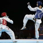 LONDRES. El español Joel González (d) lucha con el colombiano Oscar Muñoz, en semifinales de la competición olímpica de taekwondo, categoria - 58 kilos, en el Excel Arena de Londres. Foto: EFE