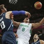 LONDRES. El alero de Brasil Alex García (d) entra a canasta ante el alero de Argentina Andrés Nocioni, en el partido de cuartos de final del torneo olímpico de baloncesto en el North Greenwich Arena de Londres. Foto: EFE