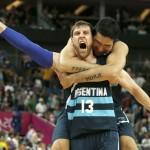 LONDRES. El alero de Argentina Andrés Nocioni celebra con su compañero Leo Gutiérrez (detrás) su victoria ante Brasil, en el partido de cuartos de final del torneo olímpico de baloncesto en el North Greenwich Arena de Londres. Foto: EFE