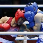LONDRES. El tailandés Kaeo Pongprayoon (i) lucha contra Aleksandar Aleksandrov de Bulgaria, en un combate de boxeo en los Juegos Olímpicos de 2012. Foto: EFE