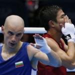 LONDRES. El tailandés Kaeo Pongprayoon (d) celebra su triunfo sobre el búlgaro Aleksandar Aleksandrov, en un combate de boxeo en los Juegos Olímpicos de 2012. Foto: EFE