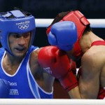 LONDRES. El italiano Vincenzo Mangiacapre combate contra Daniyar Yeleussinov de Kazajistán, en una pelea de boxeo en los Juegos Olímpicos de 2012. Foto: EFE