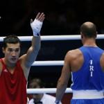 LONDRES. El boxeador Adilbek Niyazymbetov de Kazajistán (i) celebra su triunfo ante el iraní Ehsan Rouzbahani, en una pelea de boxeo en los Juegos Olímpicos de 2012. Foto: EFE