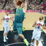 LONDRES. El jugador australiano Aron Baynes (c) convierte una cesta ante Estados Unidos, durante un partido de baloncesto por los cuartos de final de los Juegos Olímpicos Londres 2012. Foto: EFE