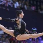 LONDRES. La gimnasta estadounidense Julie Zetlin ejecuta su ejercicio de pelota en la fase clasificatoria del concurso completo individual olímpico de gimnasia rítmica. Foto: EFE