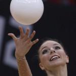 LONDRES. La gimnasta polaca Joanna Mitrosz ejecuta su ejercicio de pelota en la fase clasificatoria del concurso completo individual olímpico de gimnasia rítmica. Foto: EFE