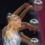 LONDRES. La gimnasta chipriota Chrystalleni Trikomidi realiza el ejercicio de pelota en la primera ronda de clasificación del concurso individual de gimnasia rítmica de los Juegos Olímpicos de Londres. Foto: EFE