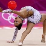 LONDRES. La gimnasta alemana Jana Berezko-Marggrander ejecuta su ejercicio de pelota en la fase clasificatoria del concurso completo individual olímpico de gimnasia rítmica. Foto: EFE