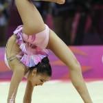 LONDRES. La gimnasta surcoreana Son Yeon-jae ejecuta su ejercicio de pelota en la fase clasificatoria del concurso completo individual olímpico de gimnasia rítmica. Foto: EFE