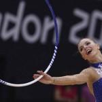 LONDRES. La gimnasta polaca Joanna Mitrosz ejecuta su ejercicio de aro en la fase clasificatoria del concurso completo individual olímpico de gimnasia rítmica. Foto: EFE