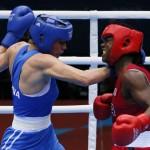 LONDRES. La estadounidense Claressa Shields (rojo) pelea con la rusa Nadezda Torlopova (azul) en la final femenina de boxeo peso medio 75kg de los Juegos Olímpicos de Londres 2012. Foto: EFE