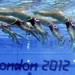 LONDRES. El equipo canadiense de natación sincronizada compite en el ejercicio técnico por equipos de la disciplina olímpica de natación sincronizada en el Centro Acuático de Londres. Foto: EFE