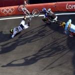 LONDRES. El colombiano Carlos Mario Zabala Oquendo, el sudafricano Sifiso Nhlapo, y el belga Arnaud Dubois compiten en los cuartos de final de Ciclismo BMX de los Juegos Olímpicos de Londres 2012. Foto: EFE