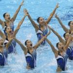 LONDRES. El equipo japonés de natación sincronizada realiza el ejercicio de rutina técnica, en el Centro Acuático de Londres, Reino Unido. Foto: EFE