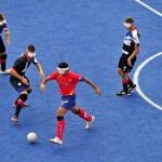 LONDRES.- Los equipos de España (rojo) y Gran Bretaña en un juego de fútbol masculino, donde los jugadores son ciegos (Reuters)