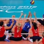 LONDRES.- Los equipos de Gran Bretaña (rojo) vs Ucrania enfrentados en un partido de voleibol femenino (AFP)