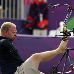 LONDRES.- El estadounidense Matt Stutzman en la prueba de tiro con arco compuesto (Reuters)