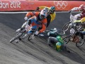 Con el N°50, el ecuatoriano Emilio Falla tropieza con su rival brasileño durante la carrera de BMX.