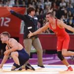 LONDRES. El luchador de Hungría Peter Modos (rojo) celebra al ganar la medalla de bronce tras enfrentar a Haakan Erik Nyblom de Dinamarca, durante un combate de lucha grecorromana masculina en la categoría de 55 kilos de los Juegos Olímpicos de Londres 2012. Foto: EFE