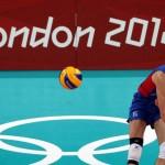 LONDRES. Dmitry Mikhaylov de Rusia intenta una jugada ante Brasil, durante el partido de la ronda preliminar de Voleibol de los Juegos Olímpicos Londres 2012. Foto: EFE