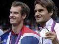 El británico Andy Murray, ganador de la medalla de oro en Tenis junto al suizo Roger Federer, quien ganó la medalla de plata.